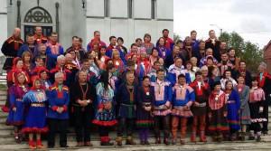 Landsmøtedelegater, styre, valgkomite, gjester samlet foran Vadsø Kirke